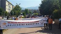 Lise öğrencileri AİK pankartları ile yürüyor