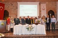 Sn. Vali Yardımcısı Ergun GÜNGÖR tarafından panelistlere ve bağımlı yakını anneye katkı ve desteklerinden ötürü çiçek takdim edildi.