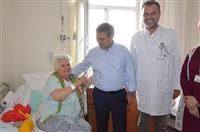 Dr. Akan, Prof. Dr. Türkan Akyol hastanesinde yatan hastalar ile sohbet etti.