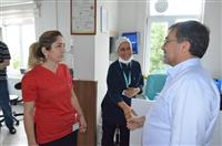 Dr. Akan, Prof. Dr. Türkan Akyol hastanesinde görevli personel ile sohbet etti