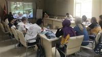 Senaryolar oynandıktan sonra vaka ile ilgili geri bildirim yapılmakta ve uygulamalar katılımcılarla birlikte çözümleme oturumunda tartışılarak katılımcılar kendilerini ekrandan izleyebilmektedir.