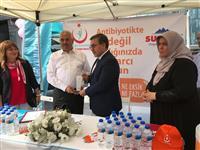 Dr. Özcan AKAN SULTANSU Firmasına plaket veriyor.