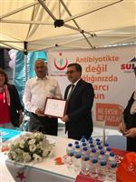 Dr. Özcan AKAN SULTANSU Firmasına teşekkür belgesi veriyor