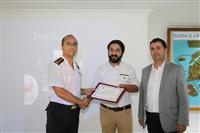 İl Jandarma Komutan Yardımcısı Albay Hakan KESKİN ve Halk Sağlığı Hizmetleri Başkan Yardımcısı Dr. Yunuz ARSLAN sunumu gerçekleştiren Opr. Dr. Yavuz BALABAN'a teşekkür Belgesi verdi.