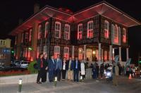 Tarihi Büyükşehir Belediyesi Binası meme kanserinin farkındalık rengi olan pembe ile ışıklandırıldı.