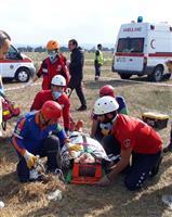 Yaralı hastaneye nakli için 112 ambulans ekiplerine teslim ediliyor.