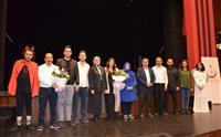 İl Sağlık Müdürümüz Dr. Özcan AKAN tarafından Uzm. Dr. Şafak ERAY ve tiyatro ekibine katkılarından dolayı çiçek takdimi yapıldı.