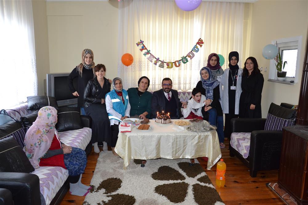 Evde Sağlık Hizmeti Alan Hastamıza Doğum Günü Kutlaması Yapıldı