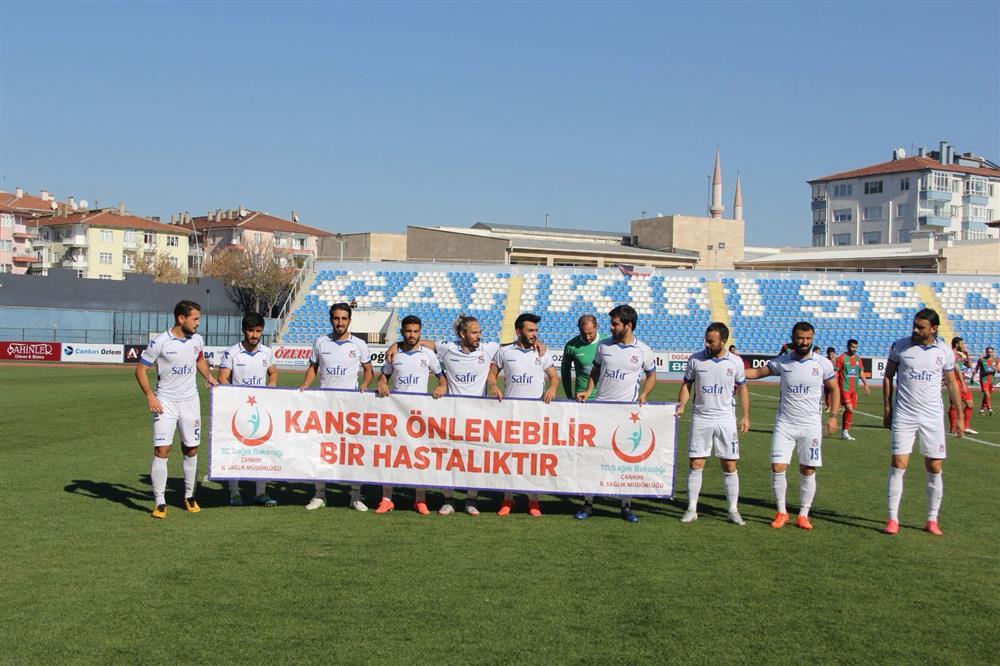 Çankırı Atatürk Stadyumunda ''Kanser Önlenebilir bir hastalıktır.'' pankartı açıldı..!