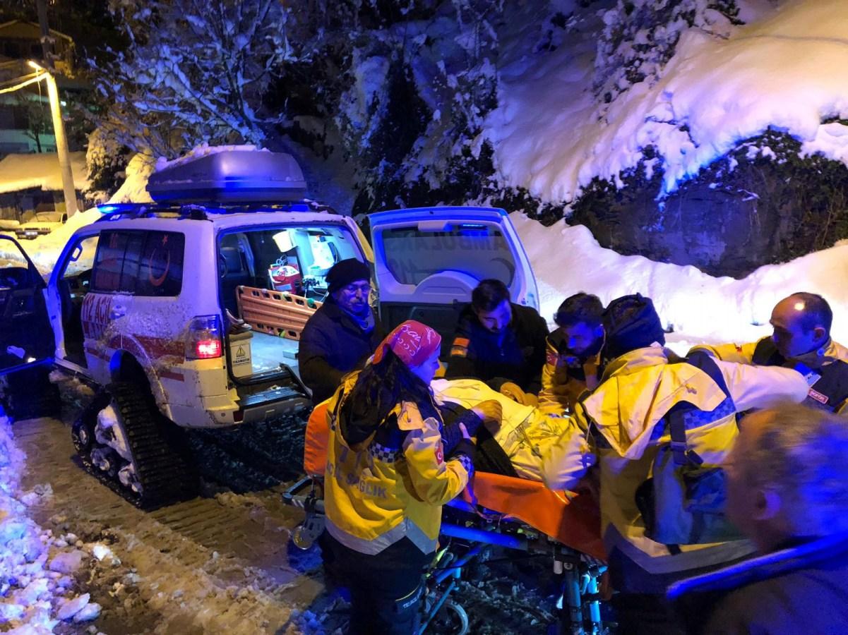 Karda mahsur kalan hasta paletli ambulansla kurtarıldı