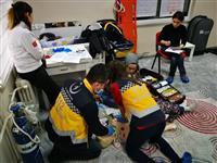 anlatımı ve uygulaması tüm katılımcılara tek tek yaptırılmaktadır. Ritim Bozuklukları ve Temel EKG konusu anlatılmakta ve konuyla ilgili oyunlaştırılmış EKG uygulaması ile katılımcılarla EKG pratiği yapılmaktadır