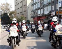 Bursa 112 Motorize Ekipleri, Bursa İl Emniyet Müdürlüğü Motosikletli Polis Timleri ve Bursa Enduro Touring Fan Clup Üyeleri 'Kansere Yol Verme Yarınlar Seninle' sürüş etkinliğini gerçekleştirdiler.