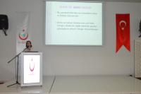 Doktor Gaye CANTEKİN AKPINAR toplantıyla ilgili sunum ve konuşma yapıyor