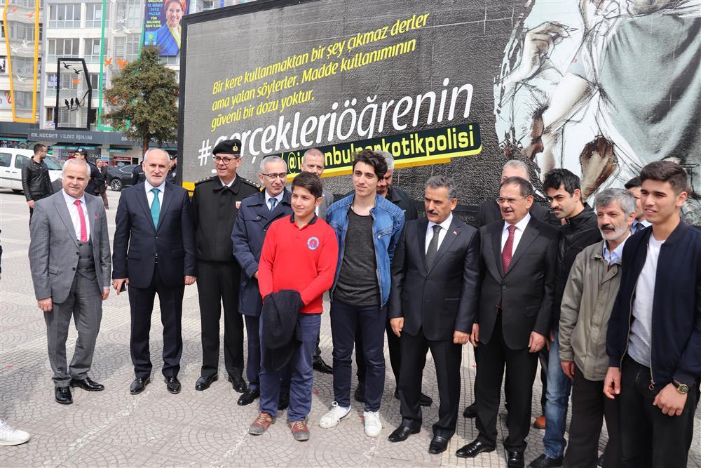 Narkotik Eğitim Tırı Cumhuriyet Meydanı'nda Ziyarete Açıldı