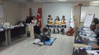 Çocuk ve Bebek vakalara yaklaşımda  Acil Olgu Yönetimi konusu eğitmenler tarafından katılımcılara oyunlaştırma tekniğiyle gösterilmekte.