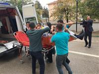 İtfaiye tarafından tahliye edilen hastanın ambulansa alınması.