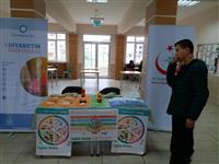 Havva Aslanoba Mesleki ve Teknik Anadolu Lisesi öğrencileri diyabet standını inceliyor.
