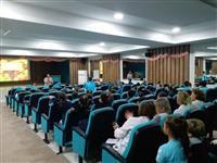 Dyt. Canan Tanrıöver tarafından Kükürtlü Ticaret ve Sanayi Odası İlkokulu ikinci sınıf öğrencilerine diyabet ve sağlıklı beslenme konulu eğitim semineri veriliyor.