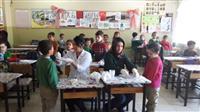 Okulda öğrencilere flor vernik uygulaması yapılıyor.