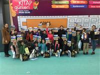 Dyt. Şenay AYVA ve Ebe Pınar SÜRÜCÜ KELEŞ tarafından öğrencilere bilgilendirme sonu kitap dağıtımı yapılıyor.