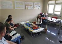 Çocuk ve Bebek  vakalarda güvenli Defibrilasyon hakkında bilgi verilmektedir.