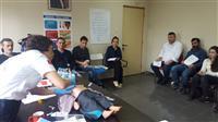 Katılımcılara eğitmenler tarafından İğne Krikotrotomi Uygulaması  gösterilmektedir.