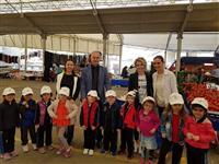 Pazara alışverişe gelen 4 yaş anaokulu öğrencileri de kanser farkındalık şapkalarını takarak büyüklerine destek oldular.