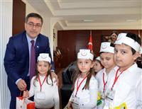 İl Sağlık Müdürümüz Dr. Özcan Akan'ı makamında ziyaret eden minikler, yanlarında getirdikleri çiçekleri takdim etti.