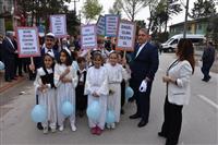 """""""Okullar Arası Otizm Konulu Pankart Yarışması"""" sonucunda dereceye giren öğrencilere hediye çeki verildi."""