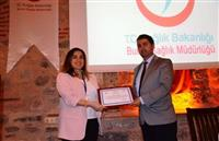 Halk Sağlığı hizmetleri Başkan Yardımcısı Dr.Yunuz ARSLAN tarafından Doç.Dr Dane EDİGER'e teşekkür belgesini takdim ederken