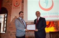Halk Sağlığı hizmetleri Başkan Yardımcısı Dr.Yunuz ARSLAN tarafından Prof. Dr. Mehmet KARADAĞ'a teşekkür belgesini takdim ederken